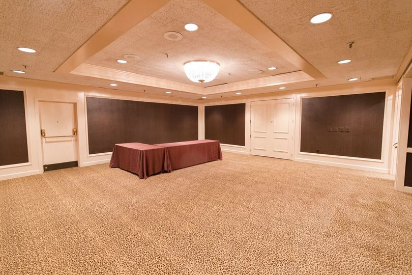Our 3 salon rooms are perfect for buffet rooms, cocktail bars, photo rooms, or private dining rooms