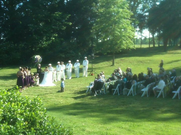 An outside wedding ceremony at Neshoba Unitarian Universalist Church in the Memphis area