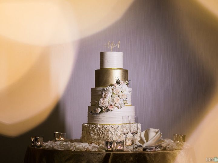 Tmx 1518815079 1db57f8666c1c320 1518815076 B8fe436ca6cdf40d 1518815062986 35 Lin Jirsa2 Huntington Beach, California wedding cake