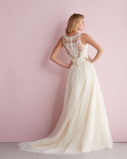Lace back details of wedding dress