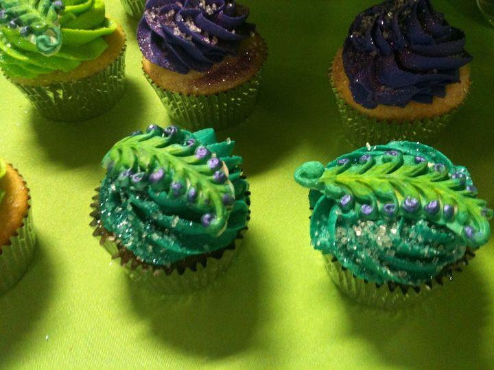 closeuppeacockcupcakes