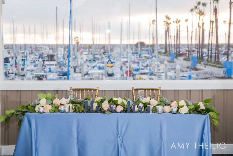 Sweetheart table in front of the harbour