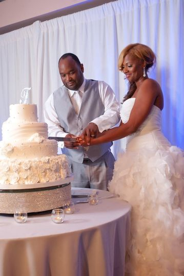 The couple's cake cutting