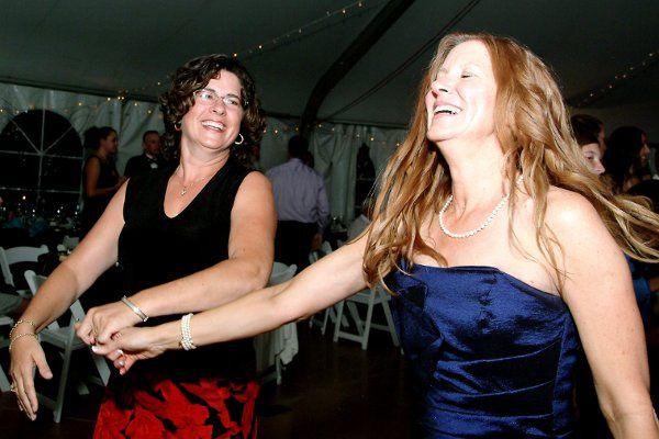 Grooms mom dancing with bestfriend