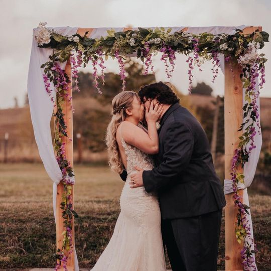 A kiss under the arch