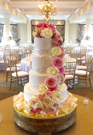 800x800 1442058772239 cascading flowers traditional white wedding cake