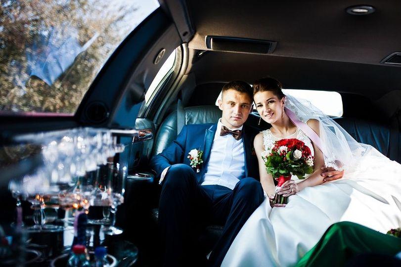 3ef6a94f17eb6056 limo for wedding