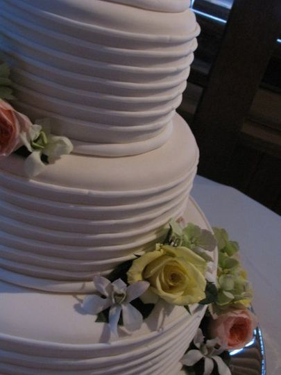 Clean wedding cake design