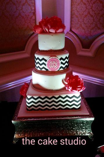 Zigzag lines on wedding cake