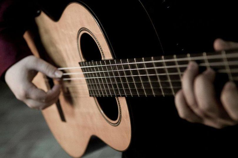 5e991409714bd676 guitarhand