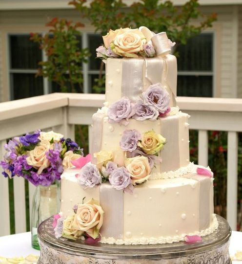 Bride bouquet and cake, Aubrie's Photography, Cake by Pastry Studio