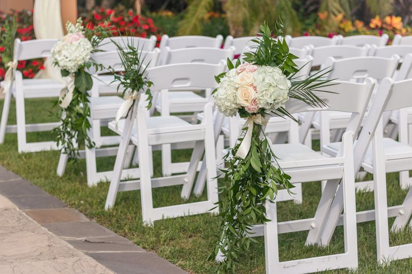 Flower clusters for aisle