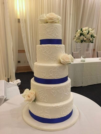 Tall cake, piping lace