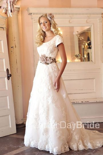 Short-sleeved wedding dress
