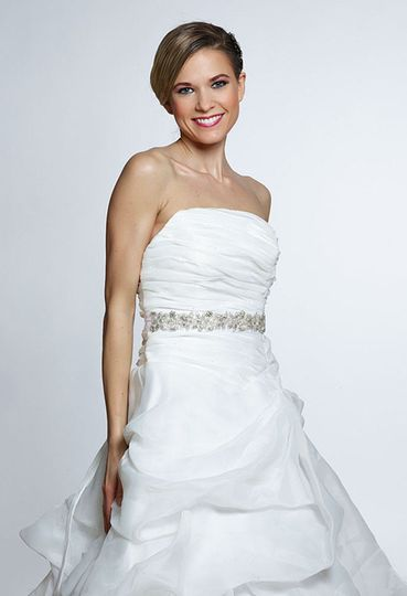 A stuning crystals and pearls sash for brides. Ther are crystals and pearls consist the belt....