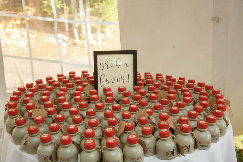 Delicious 1/2 pints of maple syrup for a wedding favor! Favors: Mac's Maple Signage: Foliage Events...