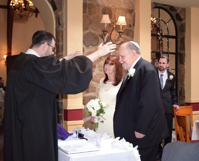 Rabbi blessing couple
