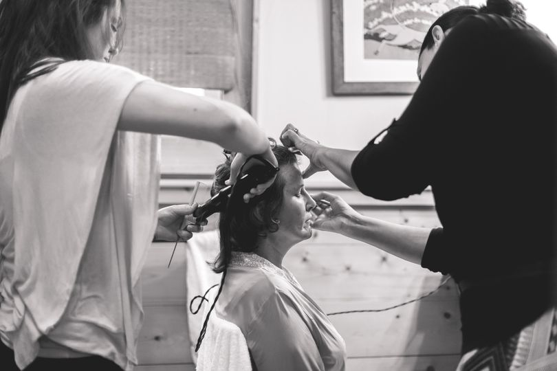 Curling the hair | Photography by Marc and Anna Photo and Film