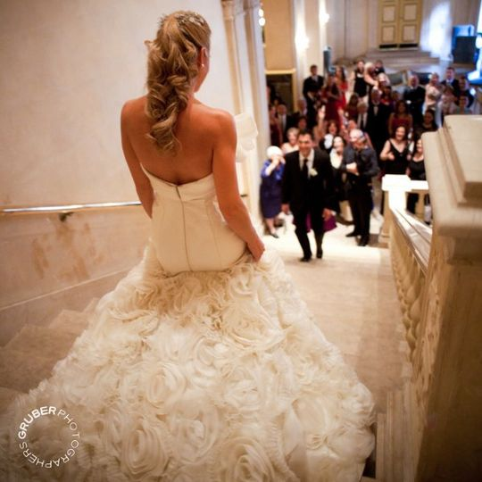 What an amazing dress, so many little white roses.  Just beautiful.