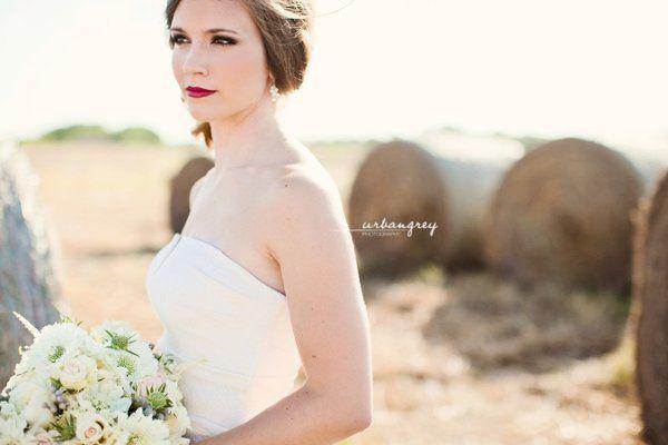 BridalPortraitsinaFieldwithHayBales02