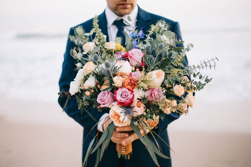 Grooms can hold flowers too!