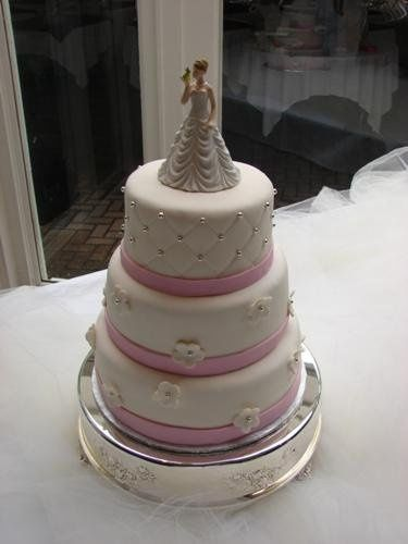 Whtie cake and pink bands