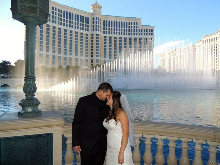 Kiss by the dancing fountain