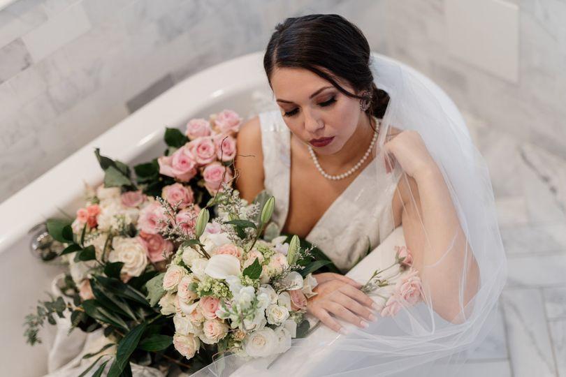 millennium moments chicago wedding photographer stan mansion beauty by ann krause bride tub elegant creative 51 1180925 161189303814239