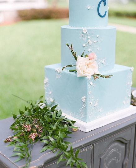 Chambray blue fondant with lace piping and floral detail | Photo by Kristen Weaver Photography