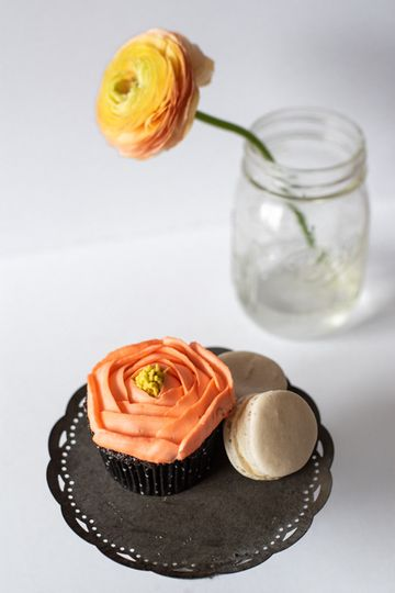 Floral cupcake with macarons