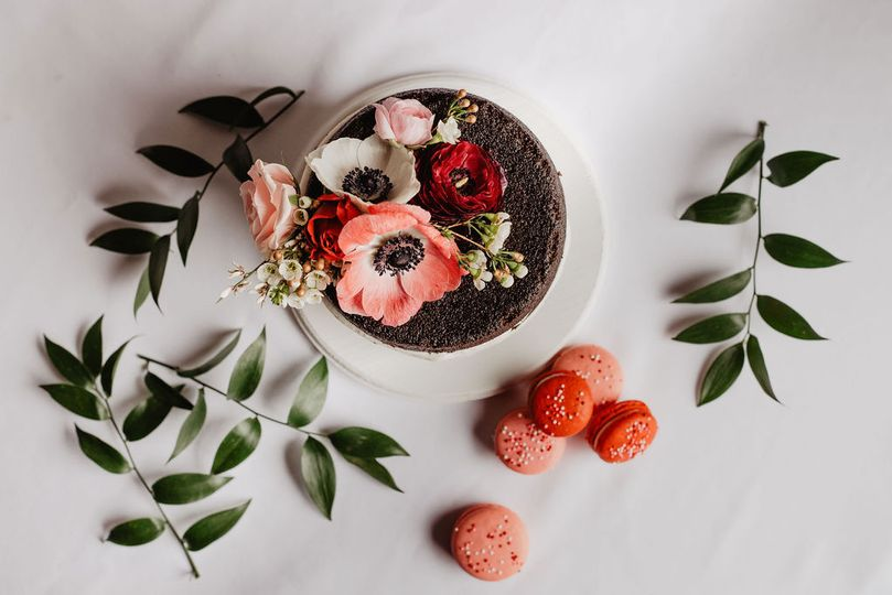 Floral cake with macarons