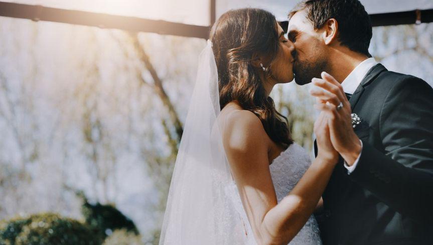 bride kiss 51 2021435 161852275380316