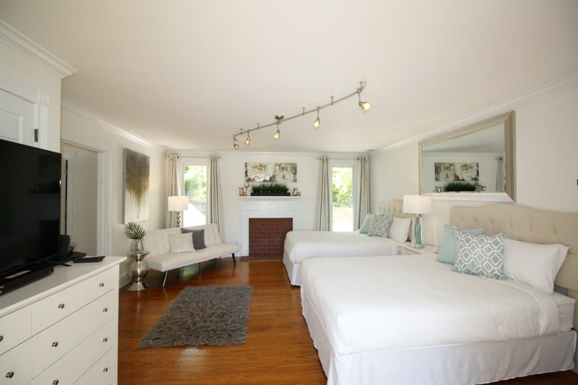 Room with 2 queen beds upstair
