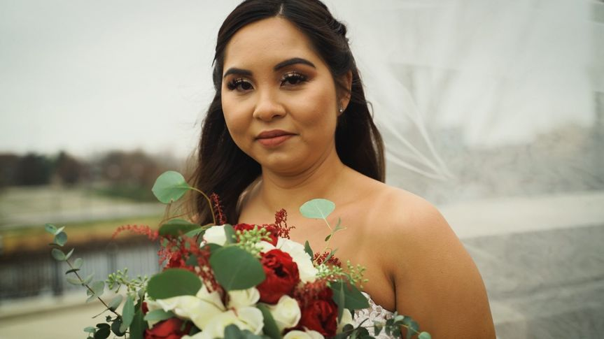 Glowing bride, beautiful bouquet - Daniel Cronk Productions
