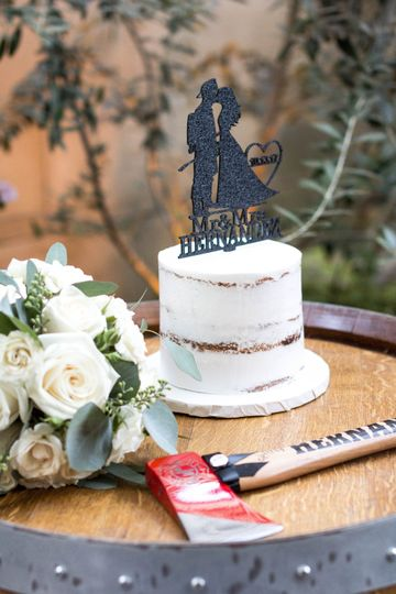 Wedding cake with bouquet and fire safety axe - Ares Photography