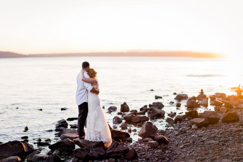 Des Moines Beach Park wedding by Seattle mountain wedding photographer, Amy Galbraith -...