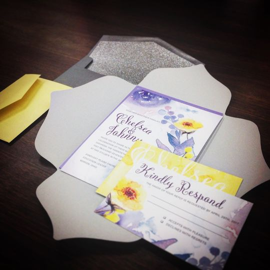 Add some sparkle to your wedding invitations! We are in love with this set that includes a glitter...