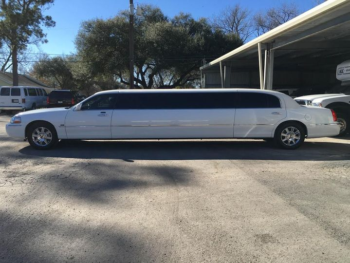 Lincoln Stretch Limo (White)