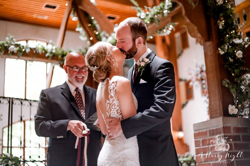 Couple-kissing-Frankenmuth