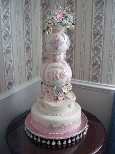 Beautiful spherical cake for the elegant wedding