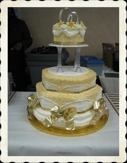 gold with gold ribbon, round, wedding cake