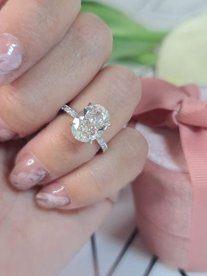 Oval stining engagement ring