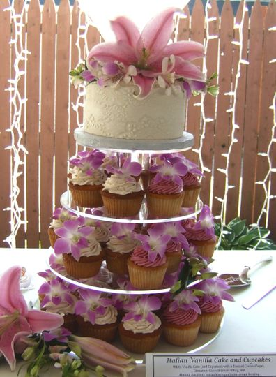 Tropical Flowers Wedding: White Vanilla Cake and Cupcakes, Toasted Coconut layer, Cannoli Cream...