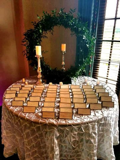 Place cards with a green wreath