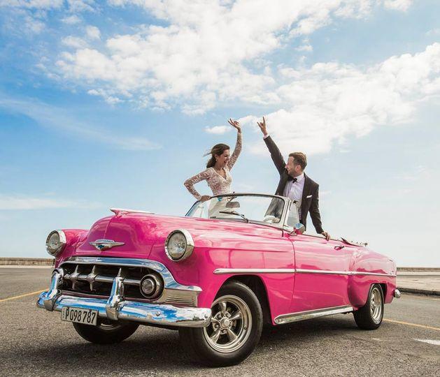 Novios en Auto clásico Havana