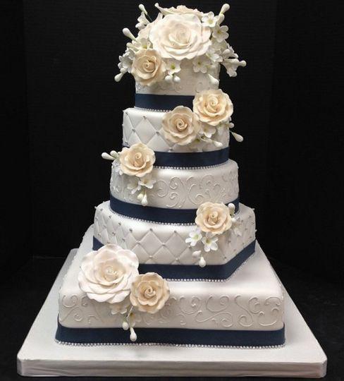 Classy wedding cake with flowers