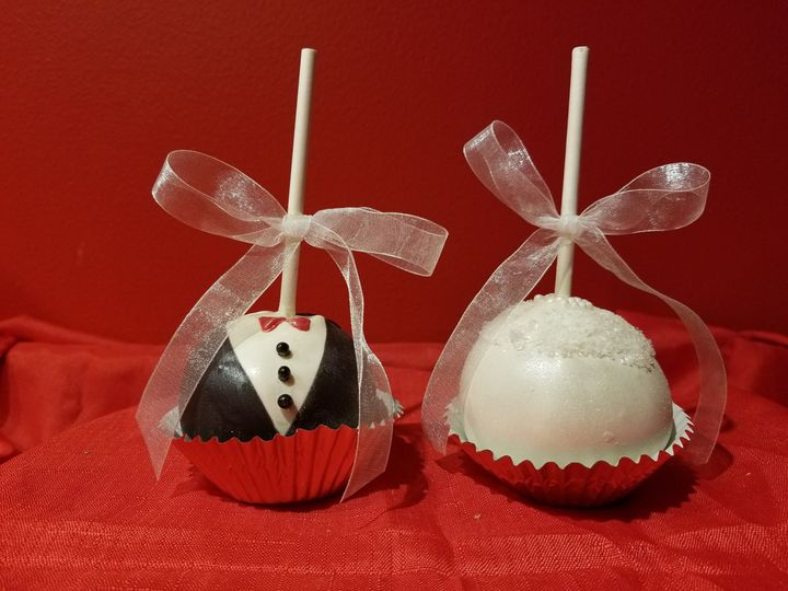 Dainty couple cupcakes