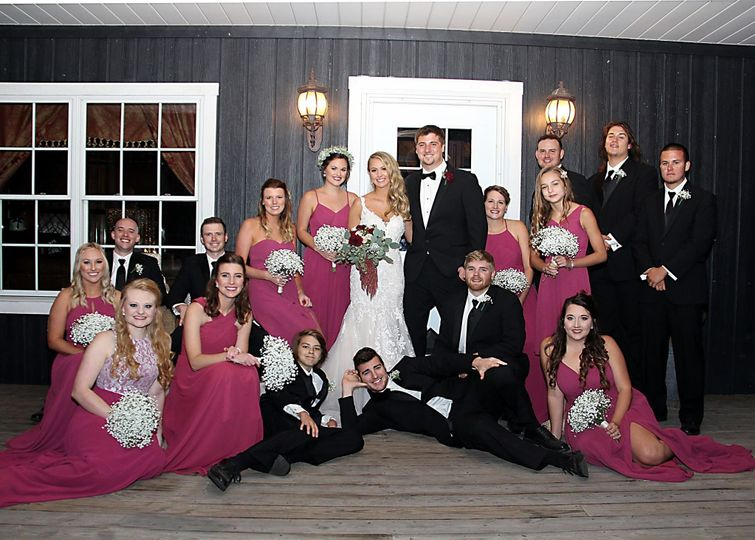 Newlyweds group photo with the bridesmaids and groomsmen