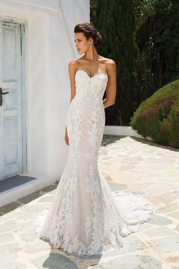 Sweetheart neckline with trumpet style bottom and lace detailing