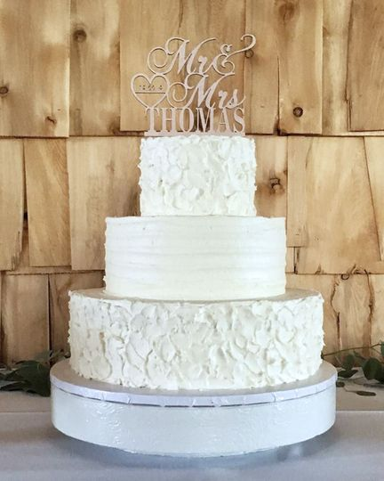 Rustic buttercream for a thornville wedding at the barn on the hill